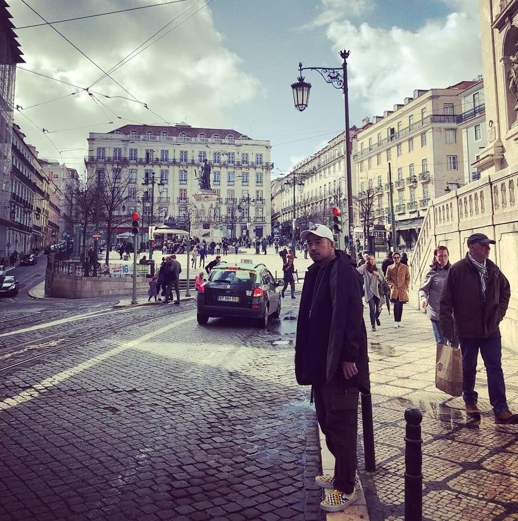 〈明天的煩惱〉在葡萄牙里斯本拍MV視覺畫面,是阿達到當地旅遊拍下的景緻,畫面美不勝收。(環球提供)