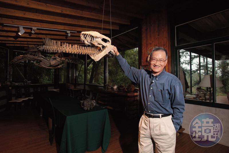 不要懷疑,眼前的蛇頸龍化石是李家維的個人收藏,重點是,這只是冰山一角而已。