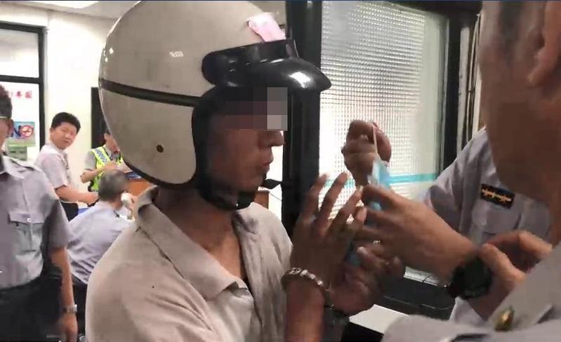 瘋狂砍人的賴男被警方帶回偵訊。(警方提供)