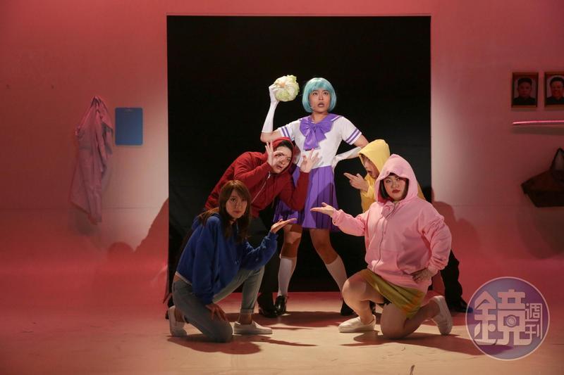 果陀劇團新劇《酸酸酸民曆》由又仁(中)、賴玟君、蕭東意、 黃建豪、朱家儀聯手共同創作主演。
