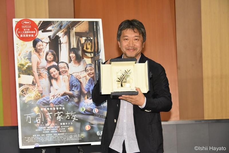 是枝裕和一回日本就開記者會與媒體見面,秀出日本等了21年才又獲得的金棕櫚獎座。(采昌提供)