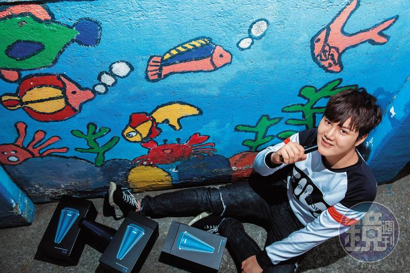 18歲的蘇友謙連國中都沒念完,但憑著K歌麥克風音響,已年收破億元,儘管提早進入大人的世界,他直爽又愛美的個性,仍停留在稚嫩的青春期。
