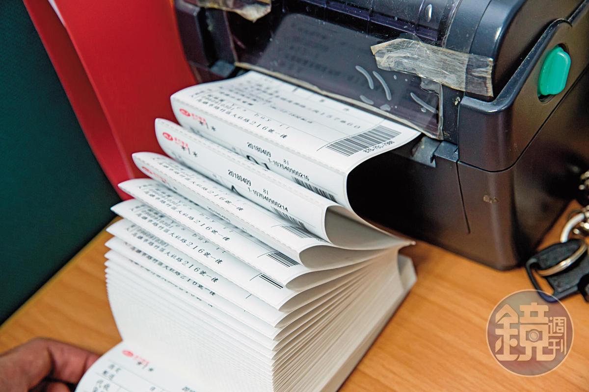 第三代無線K歌麥克風今年4月上市,單日就能賣出近百台,出貨單的列印沒停過。