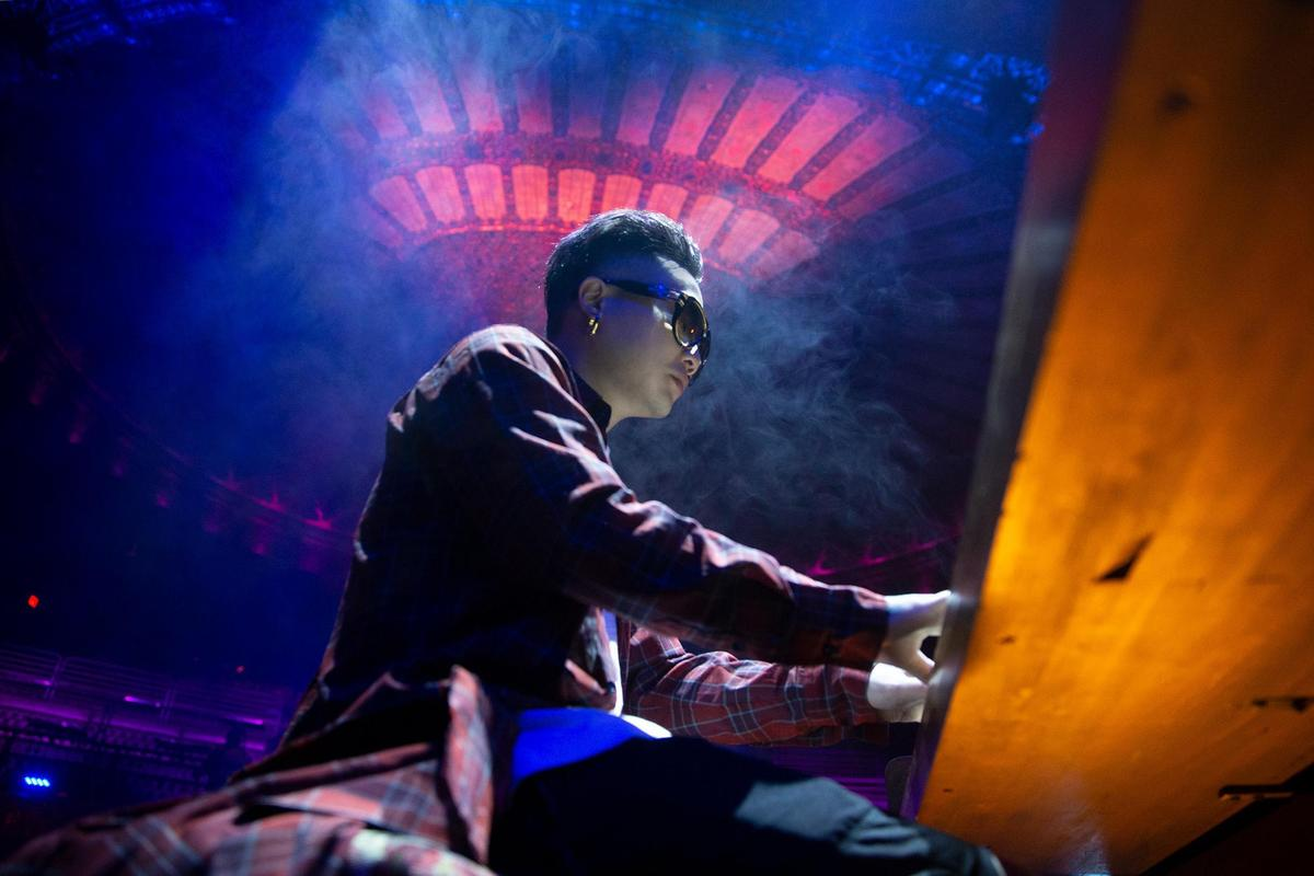 〈凡人〉MV拍下美國不同氛圍的景緻,也在百年劇院取景充滿復古質感。(相信音樂提供)