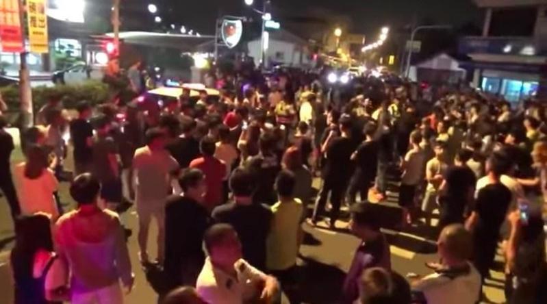 昨晚一度誤傳楊男將交保,有網友號召群眾包圍派出所抗議。(翻攝畫面)