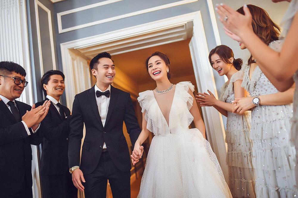 阿嬌的深V新娘婚紗是好姐妹阿Sa和容祖兒送的結婚禮物。(翻攝自微博)