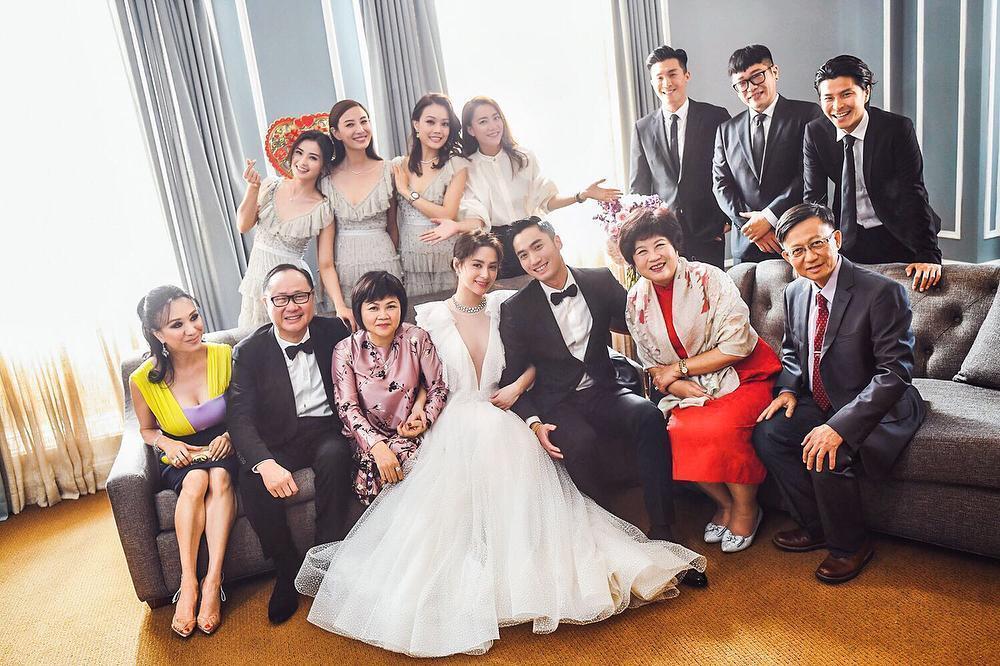 賴弘國與阿嬌的美國婚宴派對,邀請約60位賓客出席,喜氣滿滿。(翻攝自微博)