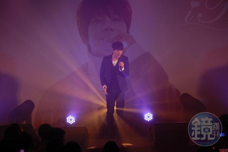 黃致列舉行簽唱會與粉絲同歡,近500名粉絲融化在他的歌聲裡。