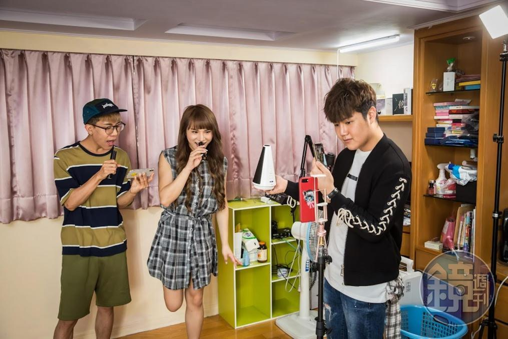 林進與小A辣(左1、2)不只是無線K歌麥克風的經銷商,也會以哥哥姐姐的心情,告訴蘇友謙(右1)待人處事之道。