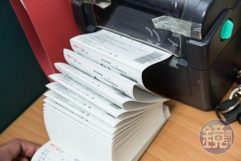 爆紅後知名度大開,K歌麥克風業績暴增三倍,出貨單的列印沒停過。