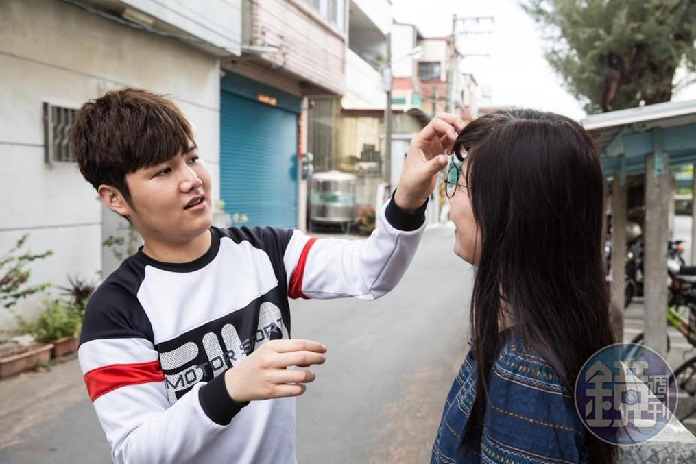 擔心媽媽(左)頭髮受風吹而亂掉,蘇友謙(右)一直幫她整理頭髮。
