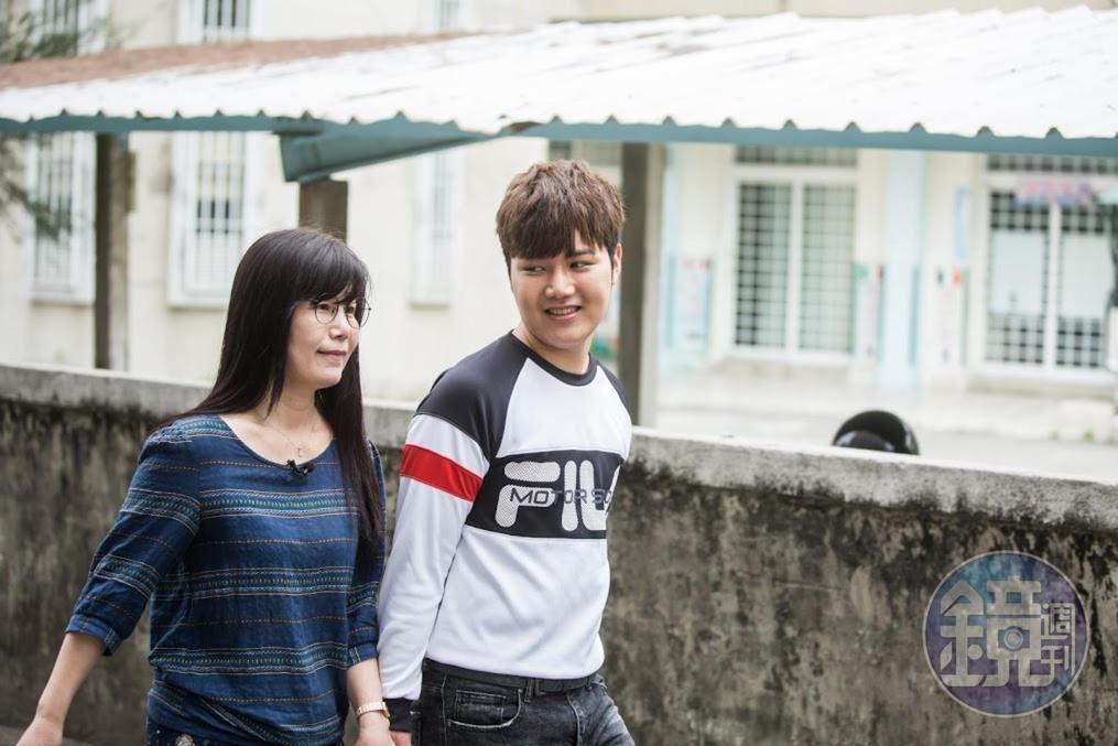 受訪時蘇友謙(右)全程緊握媽媽(左)的手,絲毫沒有青春期少年的尷尬和扭捏。