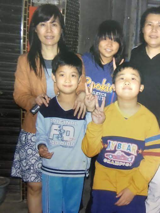 兒時蘇友謙(前排左1)都跟著媽媽(後排左1)在外生活,兩人關係緊密。(蘇友謙提供)
