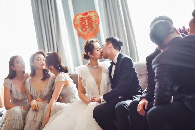 阿嬌與賴弘國甜蜜接吻,伴娘團在一旁搞笑湊熱鬧。(英皇提供)