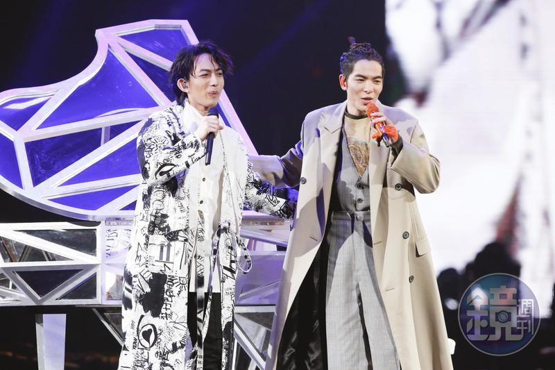 蕭敬騰同框10年來未曾同台的「星光一班」冠軍林宥嘉,還合唱一起創作的新曲〈我多麽喜歡你〉。