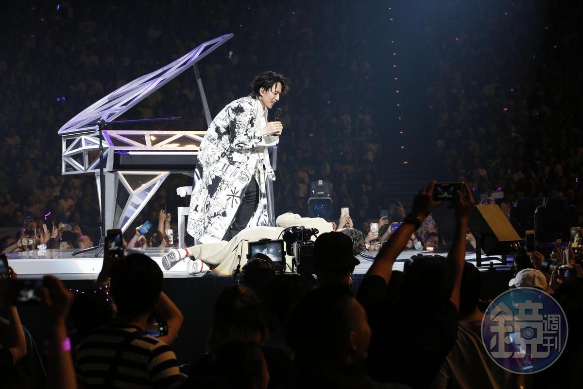 口誤將「金曲獎」講成「金馬獎」,蕭敬騰尷尬翻跌在舞台上。