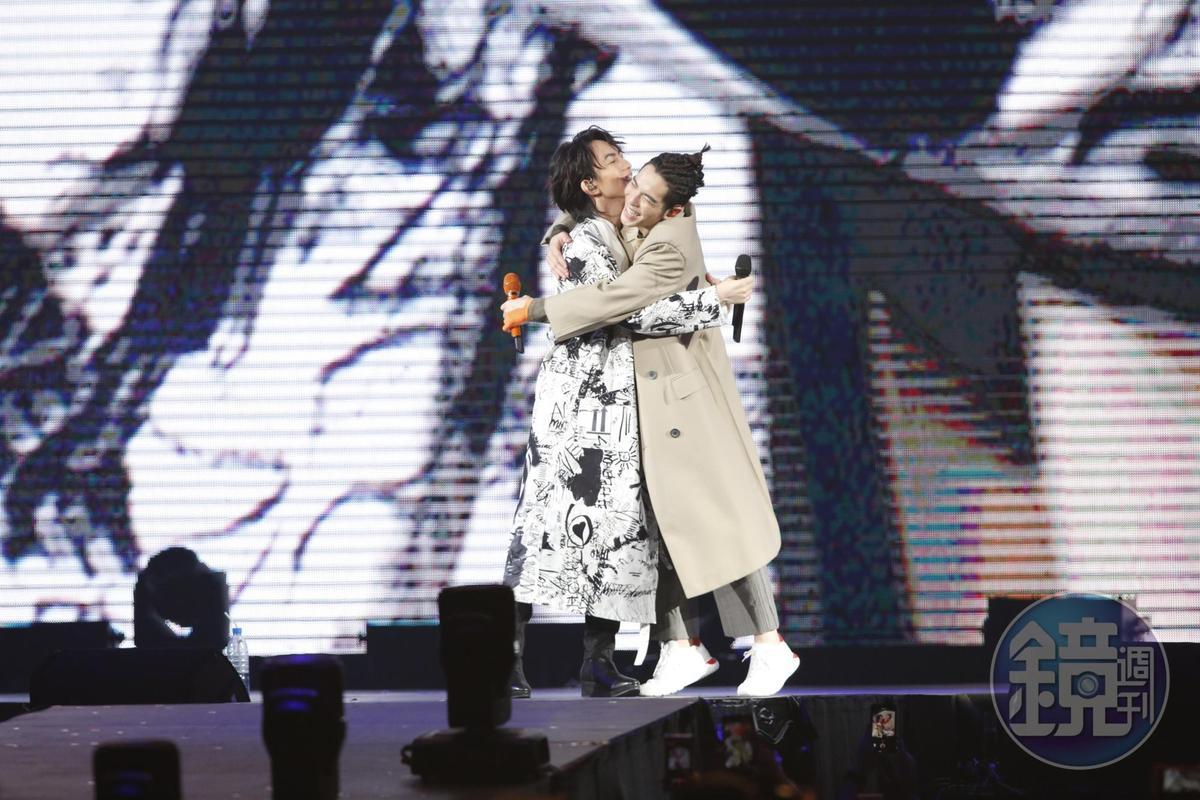 唱完歌蕭敬騰與林宥嘉立馬擁抱,臨走前林宥嘉還拋下一句「愛你唷」。