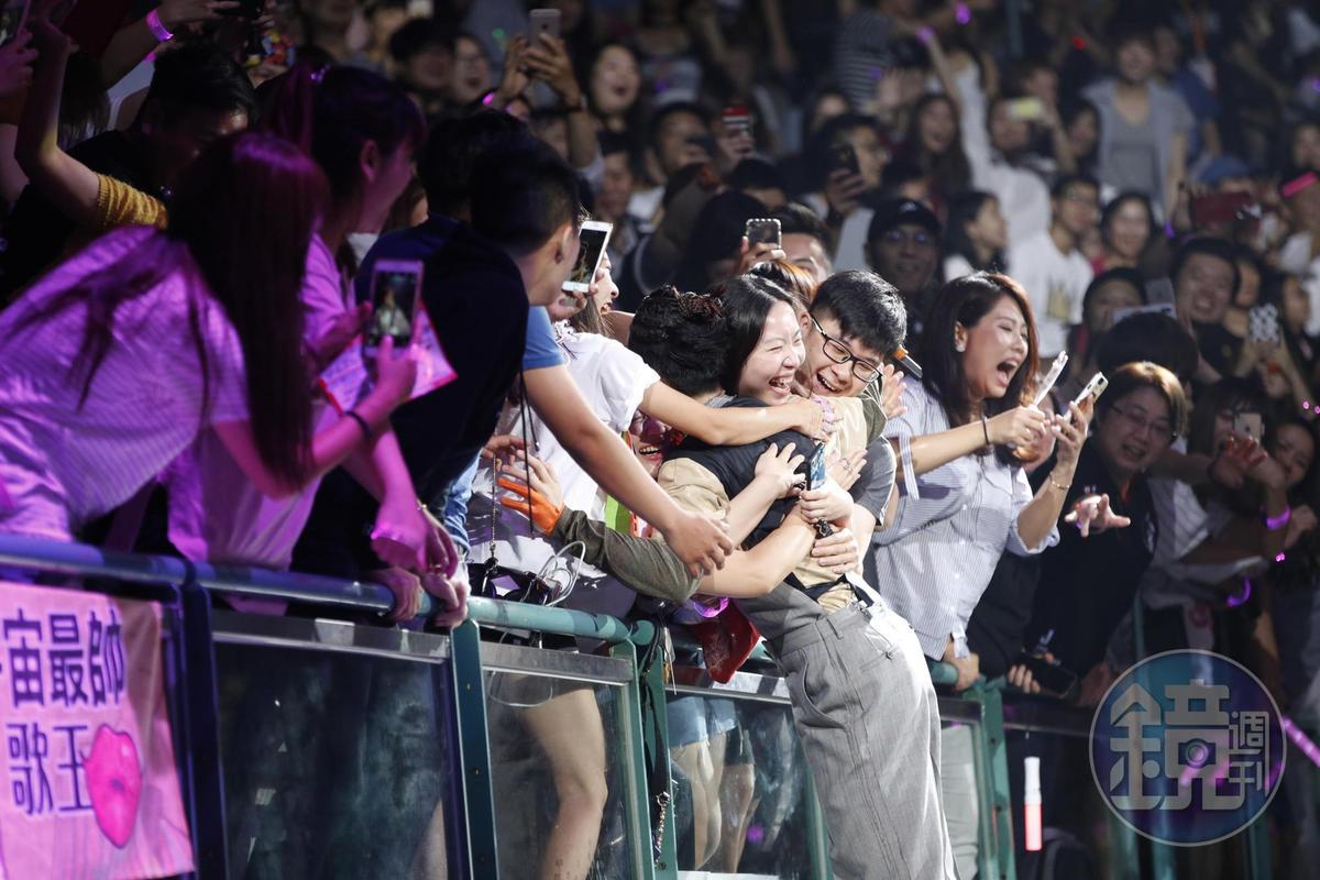 對歌迷超好的蕭敬騰跑去觀眾席握手,被粉絲一把抱起,摸到他的歌迷都樂不可支。