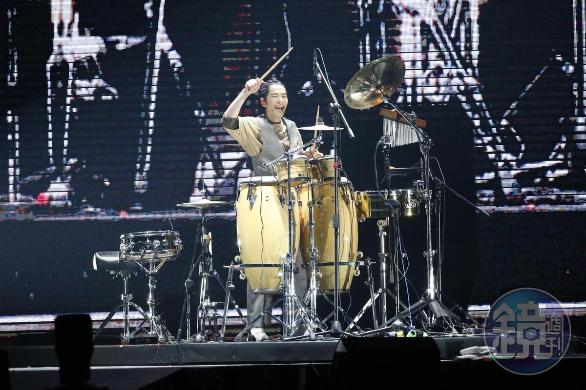 不僅彈鋼琴,蕭敬騰還表演了一手鼓技,展現他的多才多藝。