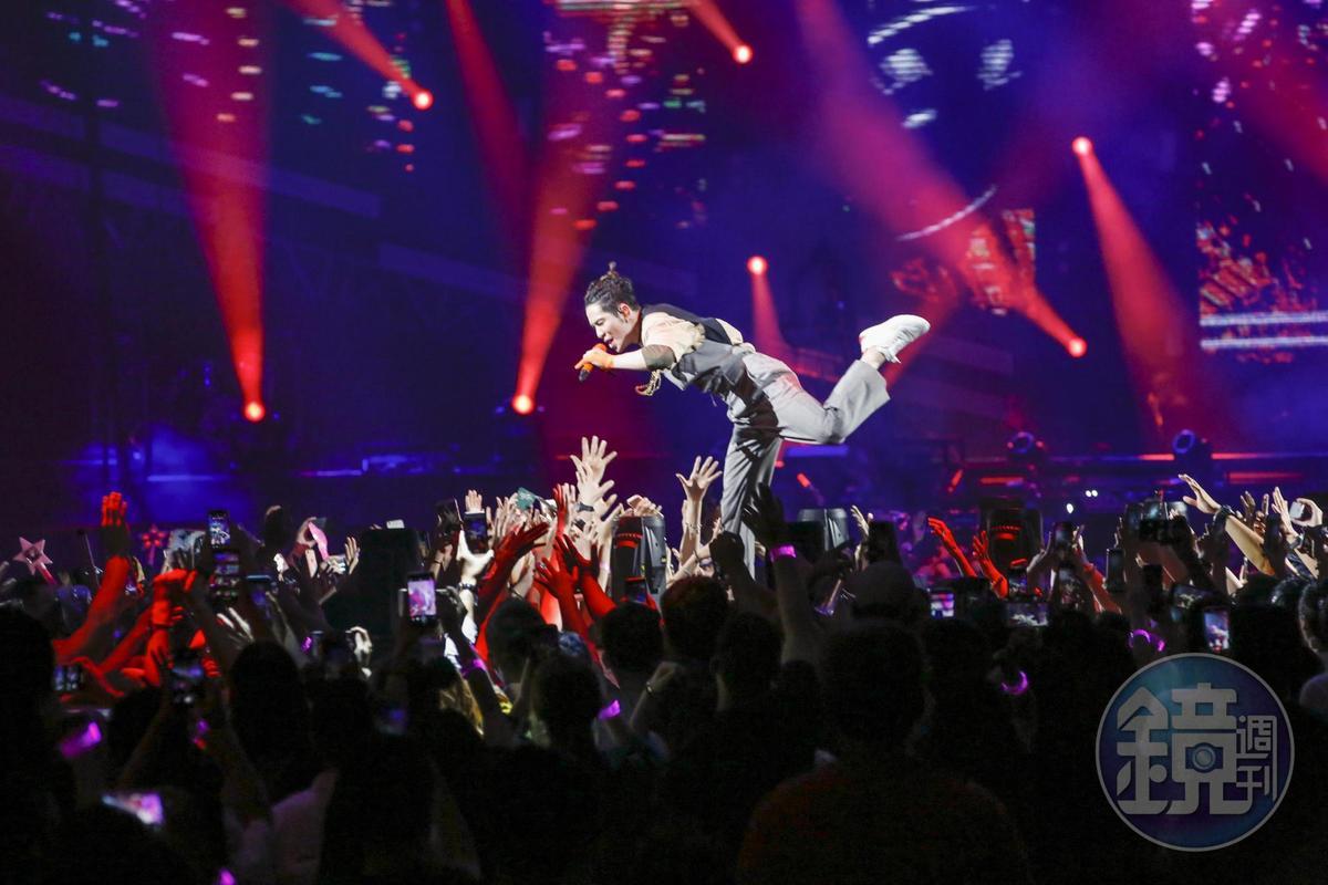 唱到興起,老蕭作勢撲向台下歌迷。