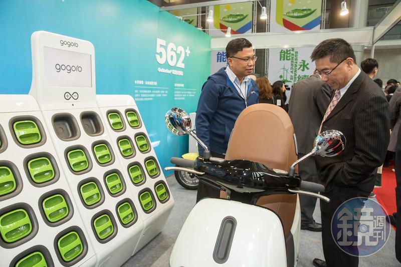 月初舉辦的中油綠能論壇,徐國勇仔細查看gogoro。