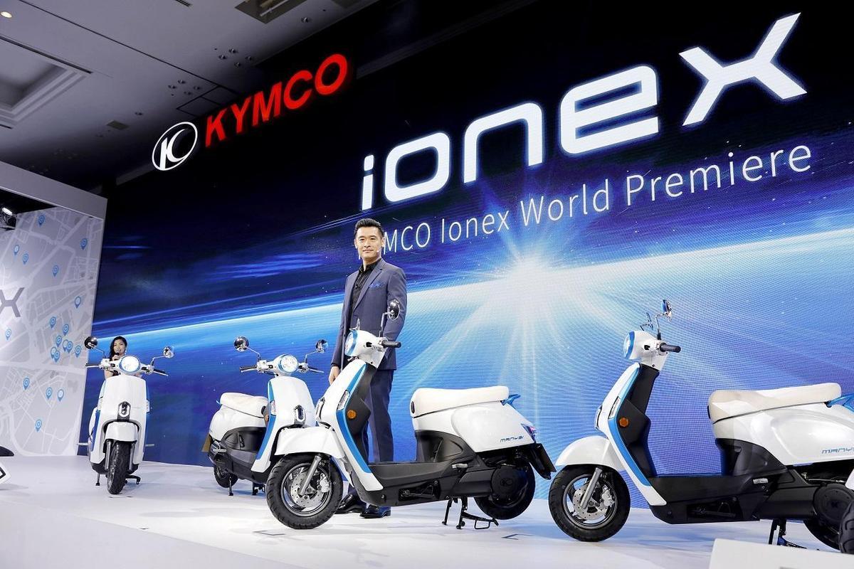 今年3月在東京發表Ionex車能網的光陽,預計在3年內要推出10款電動機車。(光陽提供)