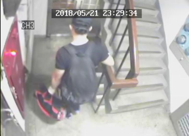 警方調閱監視器,才發現朱男在22日凌晨提著大型行李袋下樓到花圃。(翻攝畫面)