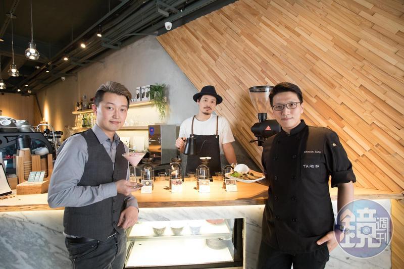 熊安淇(左起)、小林貴典、生柏褀,在餐酒館「TAHOJA」中分別負責調酒、咖啡、料理。