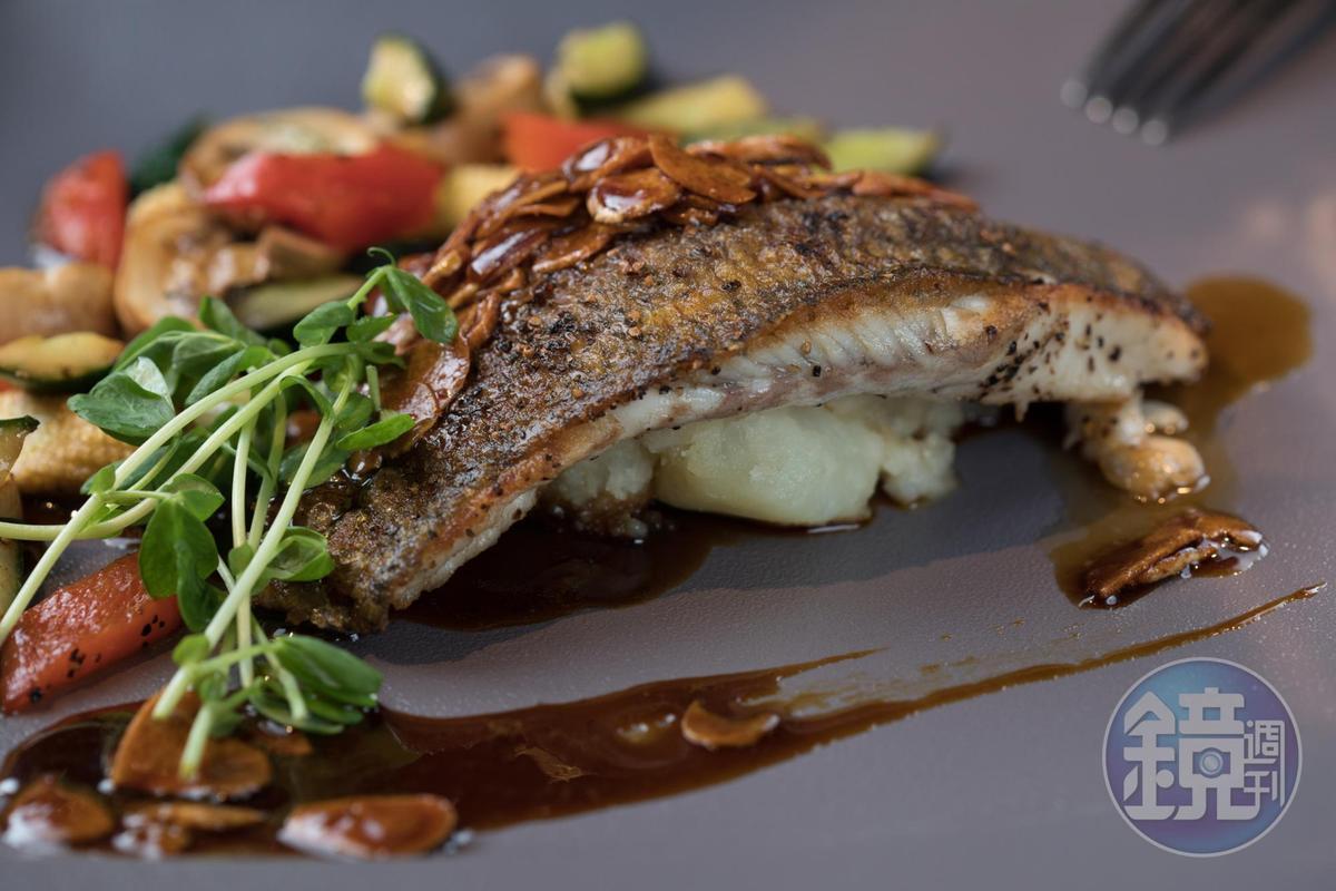 「煎封金目鱸」的魚皮焦酥脆口,肉嫩卻不鬆散,醬汁有麥芽糖香。(480元/份)