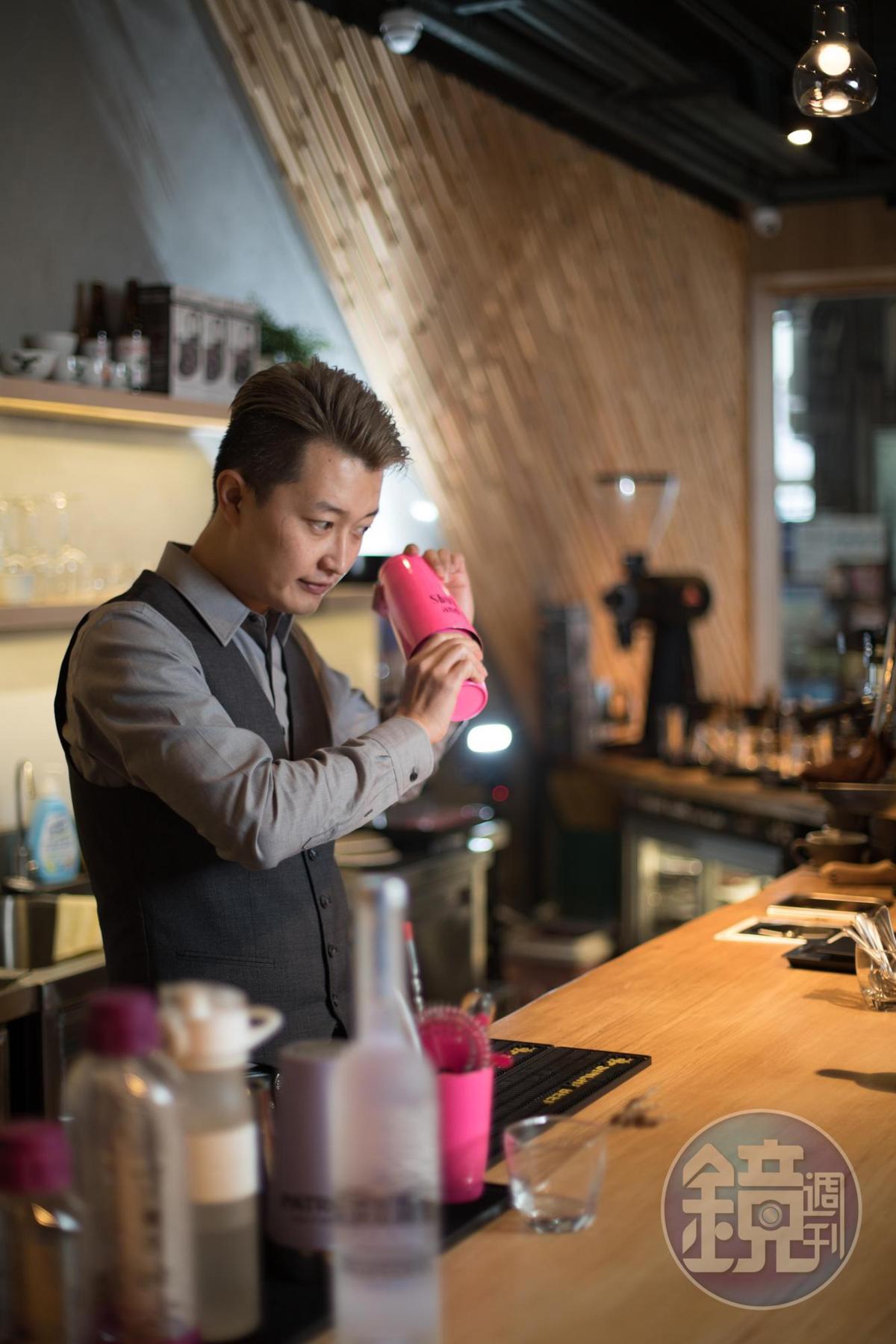 調酒師熊安淇喜歡和客人互動,能依客人心情製做特調。