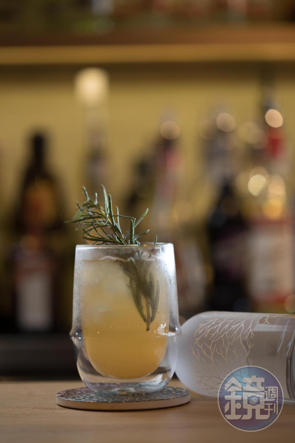 「迷你果汁」以伏特加為基酒,調入梨子甜酒、蜜桃甜酒和蘋果汁,甜香輕盈、適合女生喝。(240元/杯)