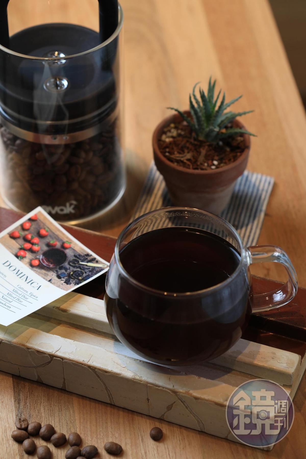 用多米尼克莊園豆煮成的「手沖咖啡」,有莓果香氣。(180元/杯)