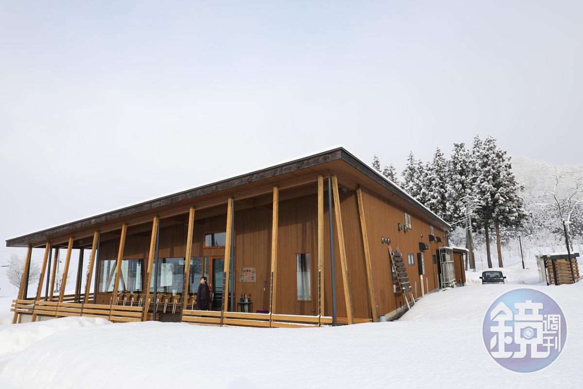 簡約的木造建築矗立雪地,是八海釀造的社員食堂。