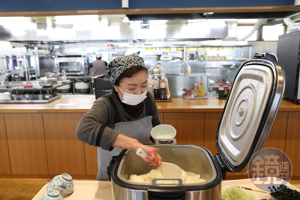 社員食堂提供熱騰騰、吃到飽的越光米飯。