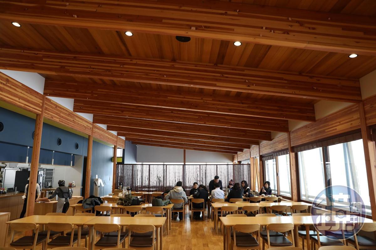 社員食堂空間明亮寬敞。