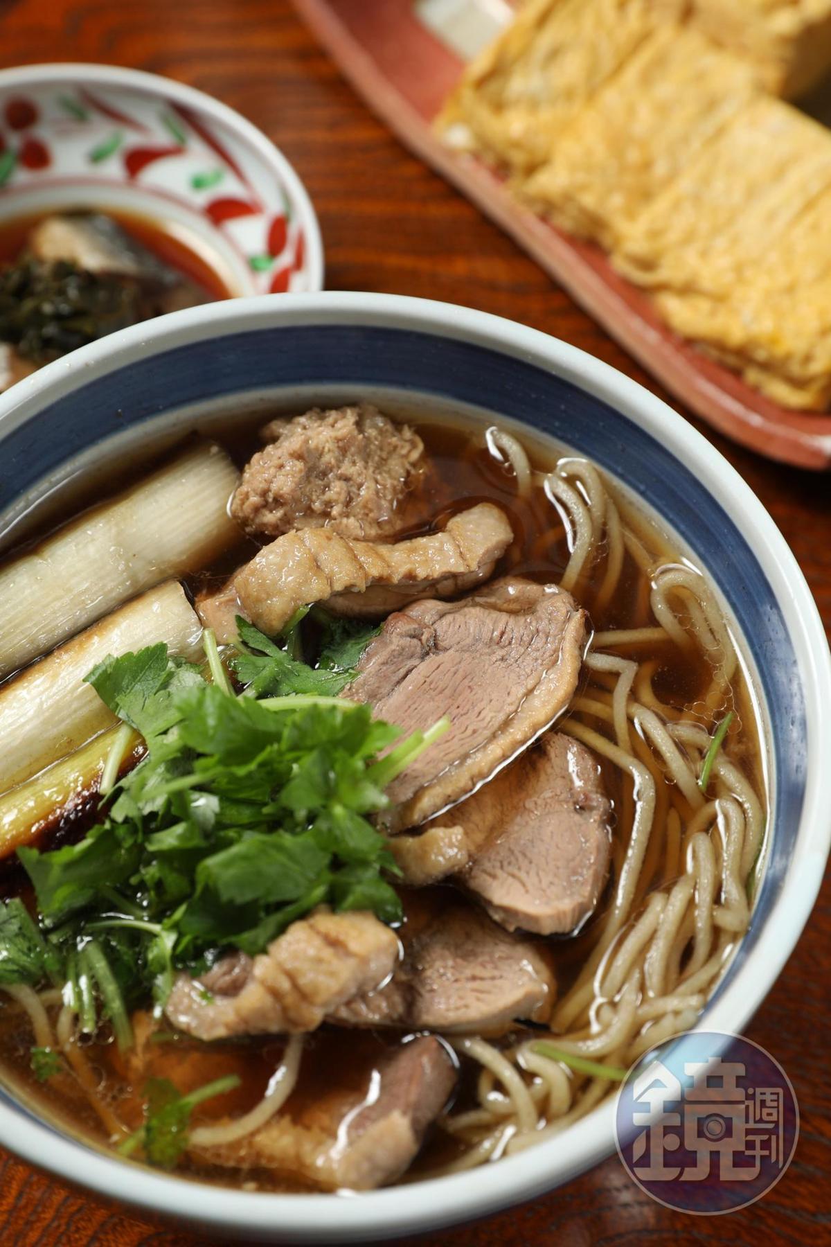 店裡不時推出非菜單上的季節限定蕎麥麵,如「鴨肉南蠻」蕎麥麵。(940日圓/碗,約NT$254)