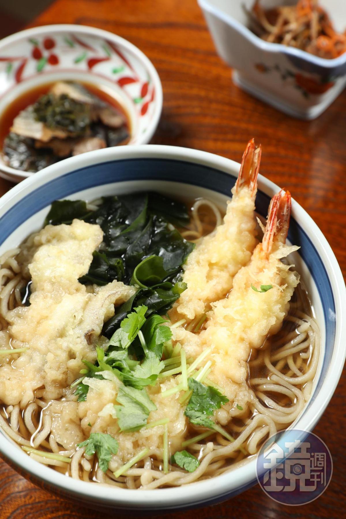 「海老天婦羅」蕎麥麵是溫蕎麥麵中的人氣王。(940日圓/碗,約NT$254)