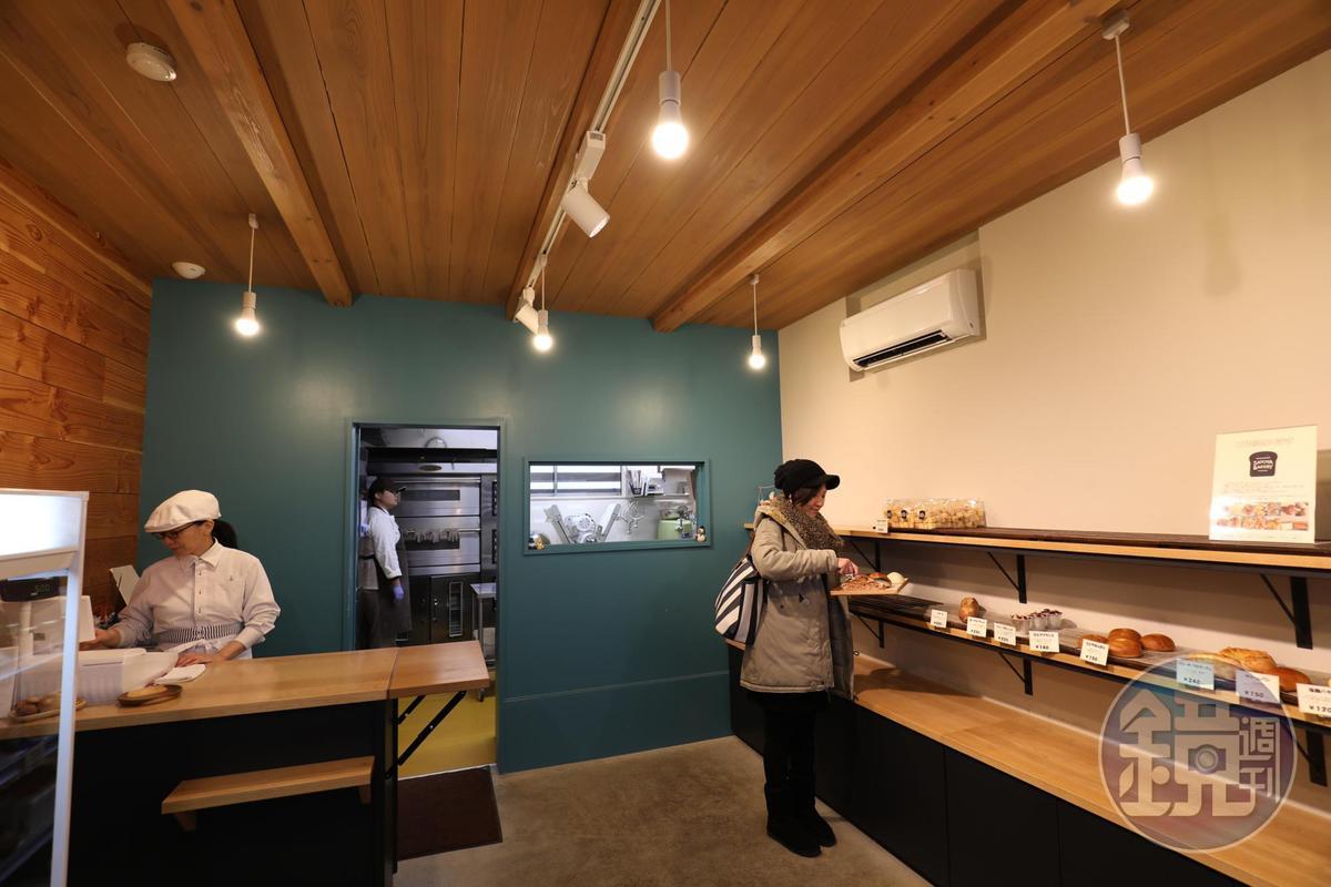 位於木屋一樓的小小麵包店「Satoya Bakery」。