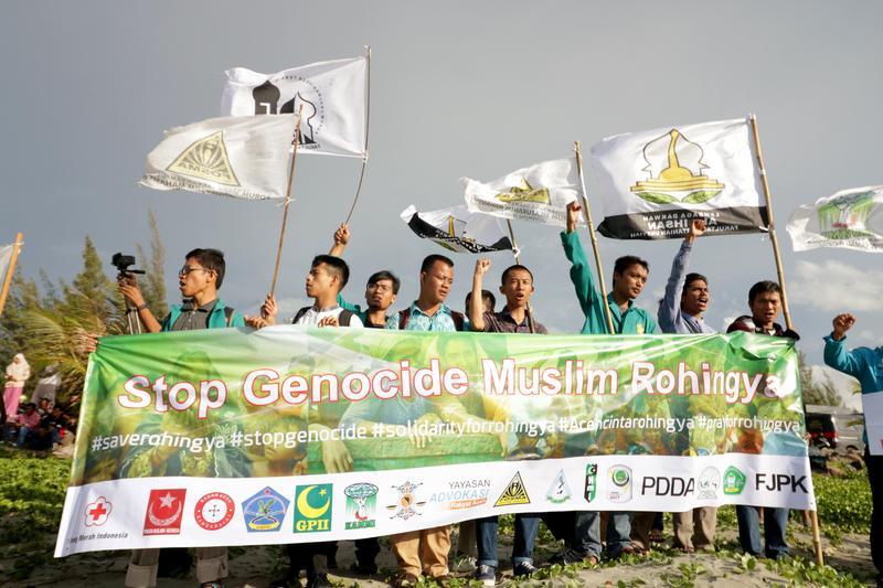 亞齊省學生在海灘拉布條,抗議羅興亞人遭迫害。(東方IC)