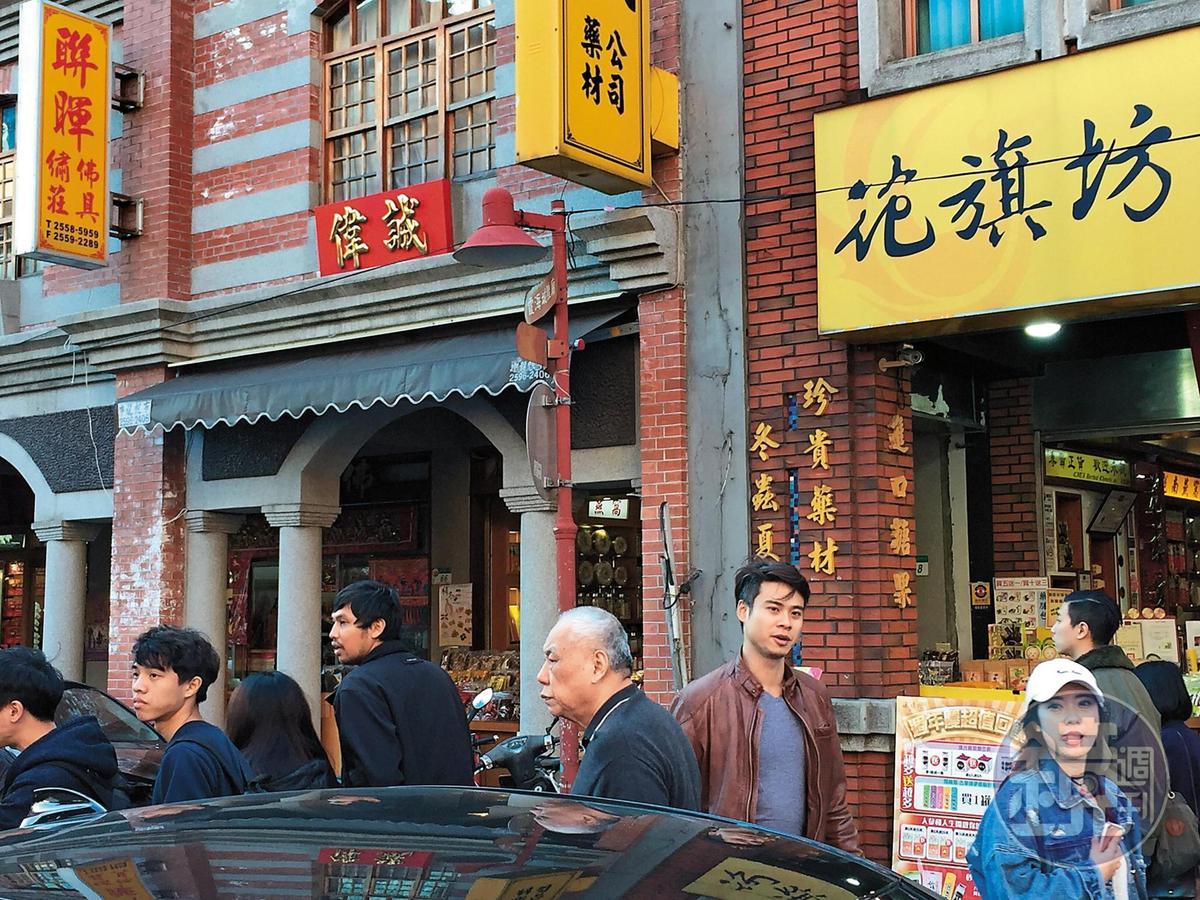 去年吳定謙被拍到和靈舌妹(右)在迪化街親熱逛街。