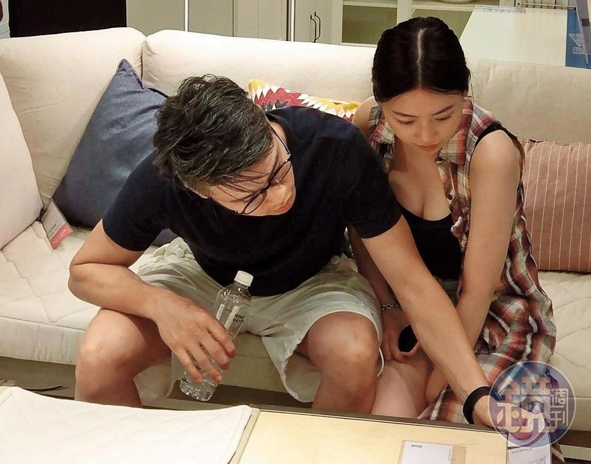 吳定謙與友人專注看目錄,一個是奶貼壯臂,怡然自得,一個是手臂吃豆腐,理所當然。