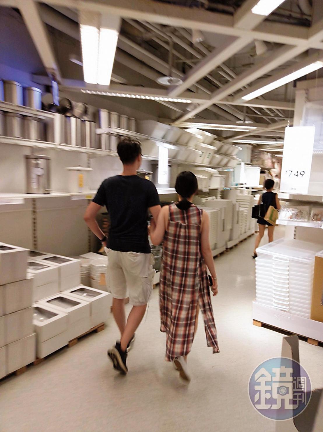 手挽著吳定謙手臂親熱逛家具店,豪乳妹看起來和吳定謙關係親密。