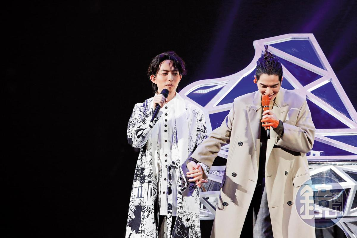 蕭敬騰跟林宥嘉十指互尬,緊密交合,透出一股濃濃的BL味道。