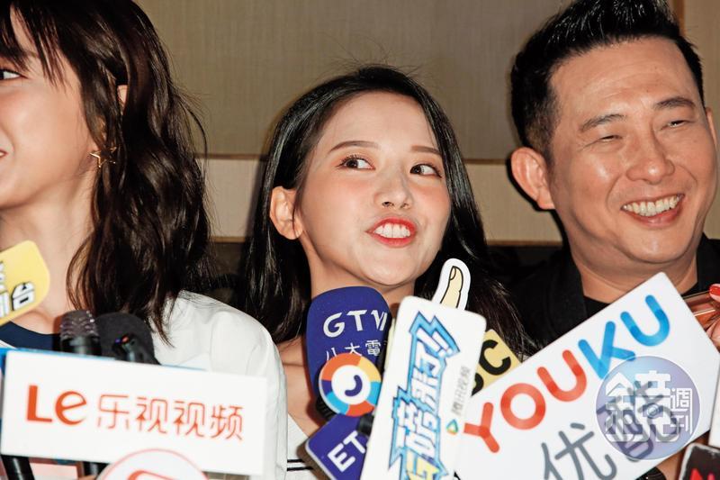 「雪寶」蔡瑞雪(中)種種撩人行徑已經徹底惹到邵雨薇,邵雨薇在記者會上對她抱怨連連。