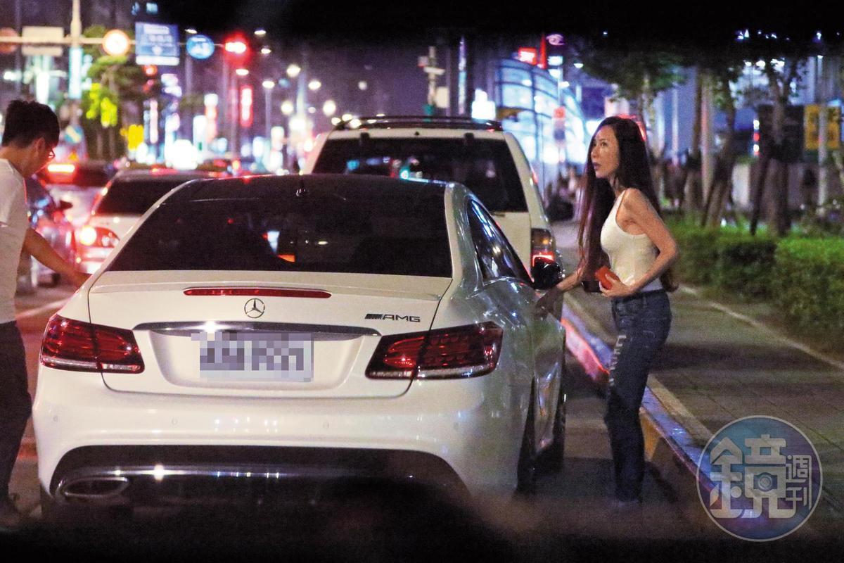 白色賓士前來接送安晨妤回歸婚姻生活,這張照片也可看出她美魔女般的側面曲線。