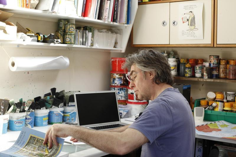 英國著名諷刺漫畫家安迪‧戴維於自家工作室一角。