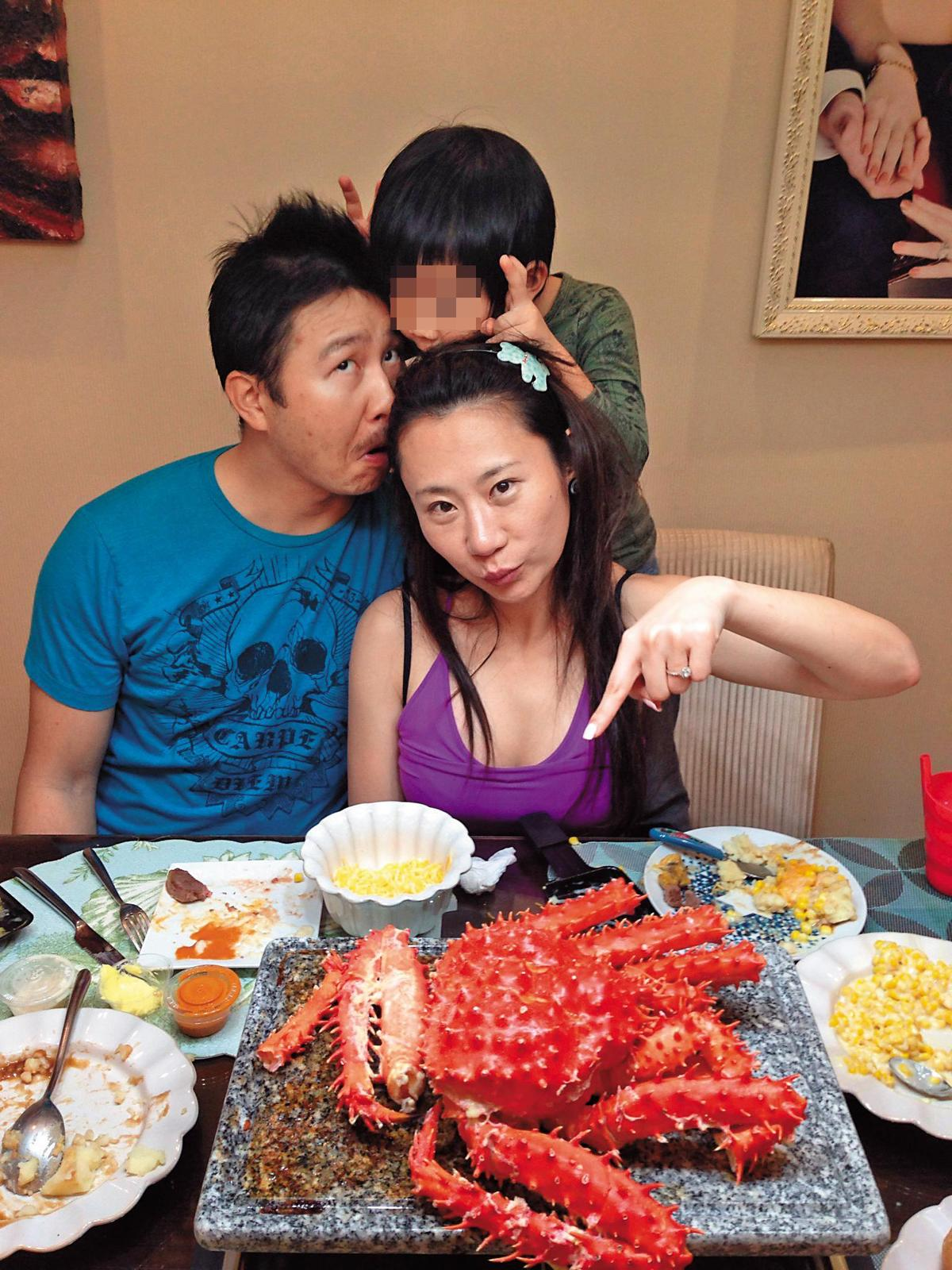 安晨妤曾在發片受訪時,形容一家多麼天倫,豪宅內最多的就是闔家歡樂的照片。(翻攝自張紹緯臉書)