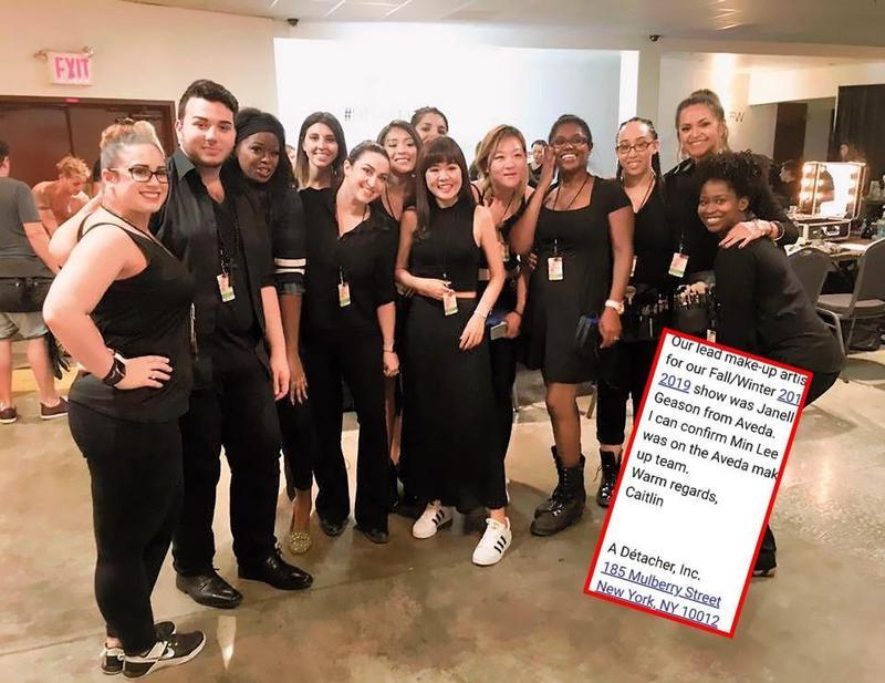 李敏在紐約時裝週後台與一群外國人合照,看起來像是首席,但其實她與照片中其他人一樣,都只是彩妝學院的學員。(翻攝自李敏官網)