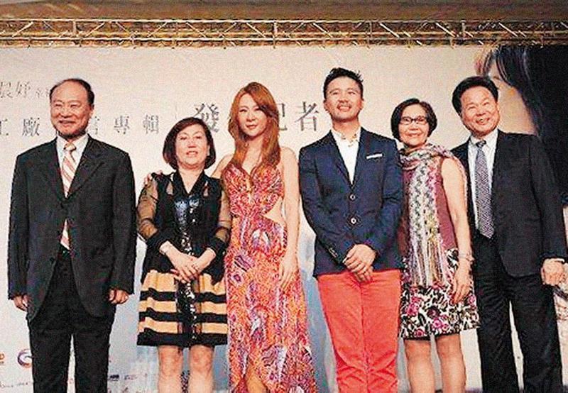 當初安晨妤(左3)發片浩浩蕩蕩,她還感動落淚,記者會上她與爸爸(左起)、媽媽、張劭緯、張媽、張爸,難得一起同台。(大京娛樂提供)