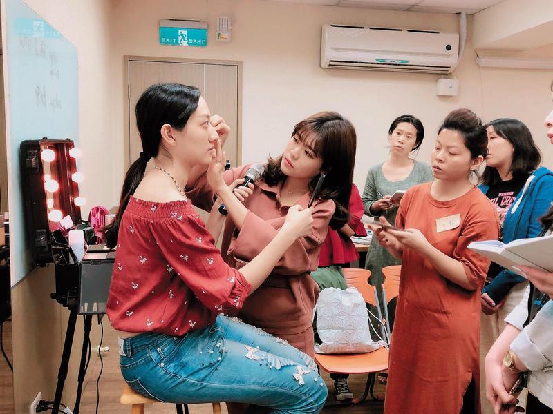 李敏(左2)5月起在台北開班教授彩妝,每個學員1天收費19,000元起跳。(翻攝自李敏官網)